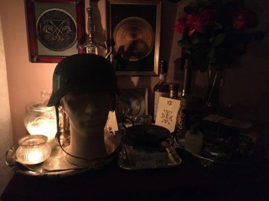 Это мой преданный призрак из русской могилы. Призрак понимает все языки. Это приведение с поля битвы.