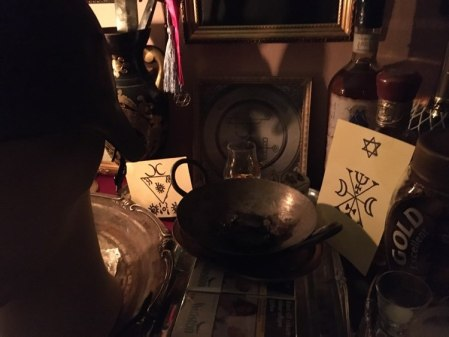 Detta är en nekromantisk ritual med demonen Murmur från Goetia. Askan från det brända brevet finns i metallpannan.