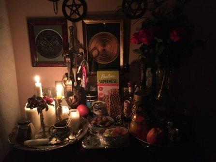 這是我的幽靈壇。我向死者提供食物,咖啡和煙草。