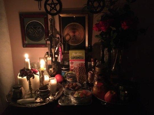 Это мой алтарь с похоронными свечами и подарками для мертвых.
