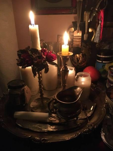 Это некромантический ритуал: банкет для моих любимых приведений. У каждово приведения своя персональная погребальная белая свеча.