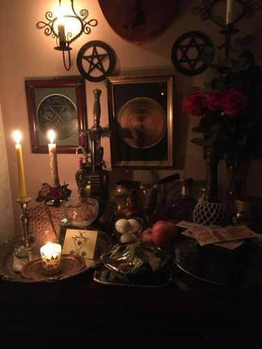 Das ist mein Altar. Ich habe im Namen meines Klienten Opfer dargebracht, als ich einen Petitionszauber für ihn machte. Die beteiligten Dämonen waren Luzifer und Belial.