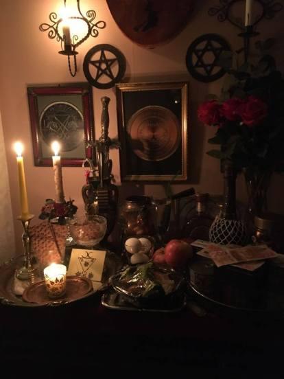 这是我的祭坛。在上访时,我代表客户提供食物。涉及的恶魔是来自Goetia的Lucifer和Belial。