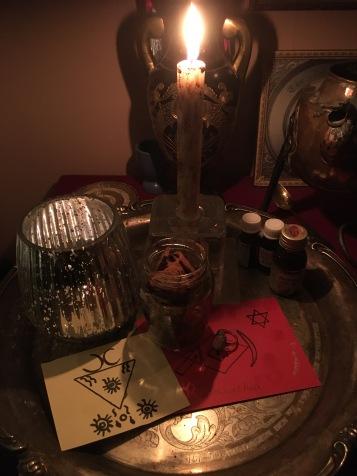 Demonerna Lucifer och Satanachia kallas under denna ritual.