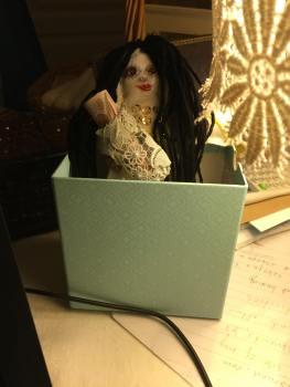 これは人形で、彼女は私を代表しています。私は悪魔との協定やいくつかのお金の呪文に人形を使います。