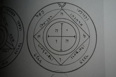 Clavicula Salomonis에서 토성의 5번째 pentacle은 토성의 다른 영혼을 소환하는 동안 당신을 보호할 것입니다.